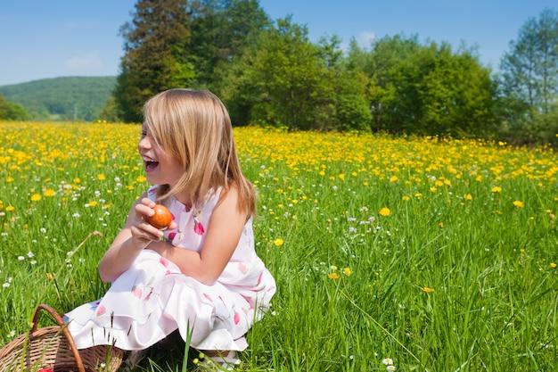 Criança na caça aos ovos de páscoa Foto Premium