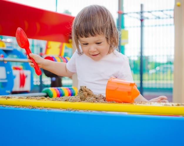 Criança na caixa de areia Foto Premium