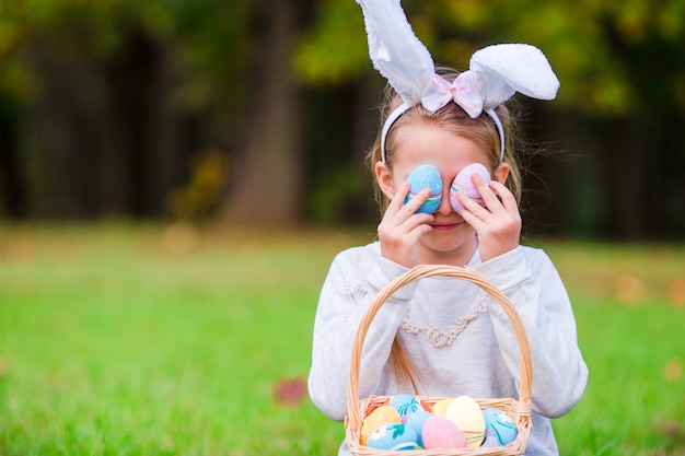 Criança na páscoa brincando com ovos ao ar livre Foto Premium