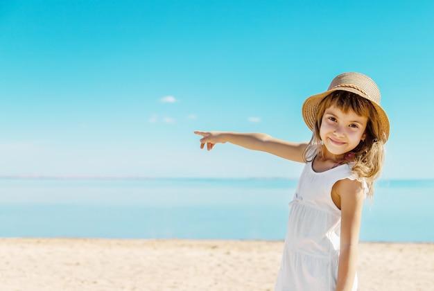 Criança na praia. beira mar. foco seletivo. Foto Premium