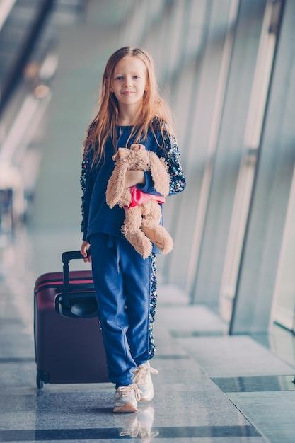Criança no aeroporto à espera de embarque Foto Premium