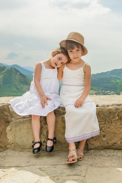 Criança no fundo dos pontos turísticos da geórgia Foto Premium