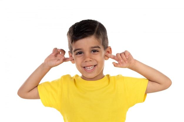 Criança pequena, cobrindo as orelhas Foto Premium