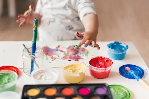 Criança pintando como um artista Foto gratuita