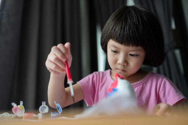 Criança pintar cor no papel, o conceito de educação Foto Premium