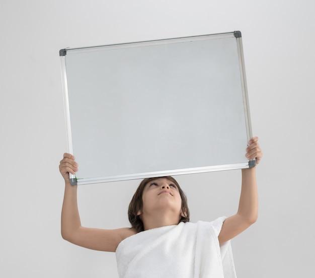 Criança, pronto, para, hajj, segurando, espaço cópia, tábua Foto Premium