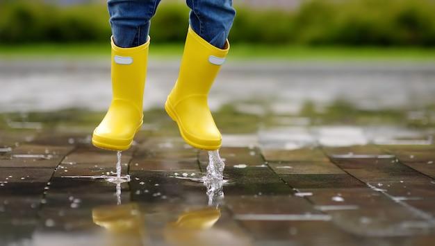 Criança pulando na piscina de água no verão ou no dia de outono Foto Premium