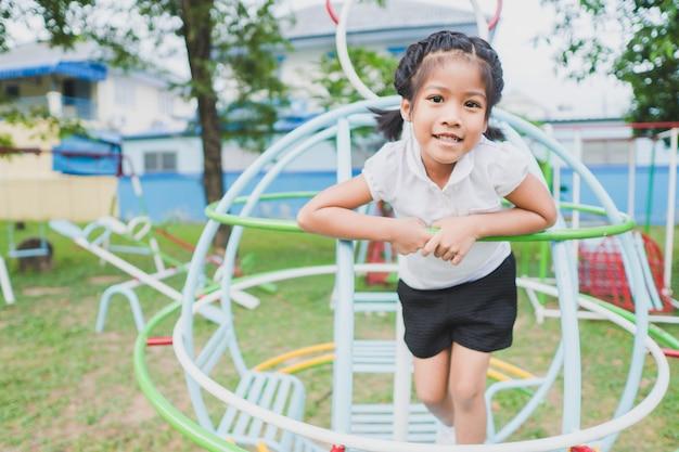 Criança saudável está brincando no quintal Foto Premium