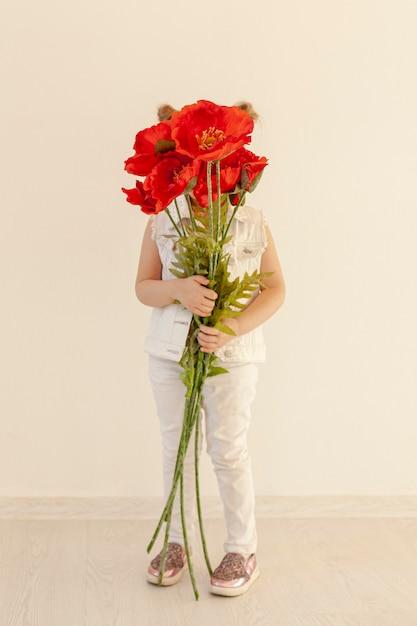 Criança segurando o buquê de flores Foto gratuita
