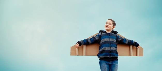 Criança sonha em viajar. conceito de desenvolvimento de negócios bem sucedido Foto Premium