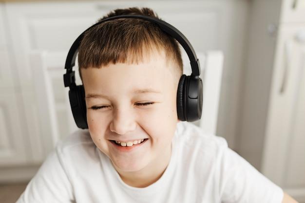Criança sorridente com fones de ouvido Foto gratuita