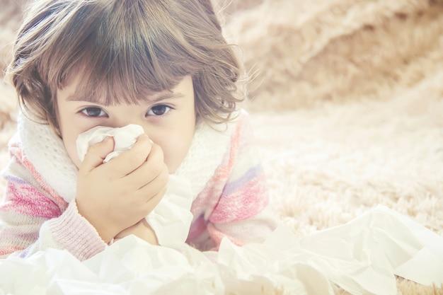 Criança tem um resfriado Foto Premium