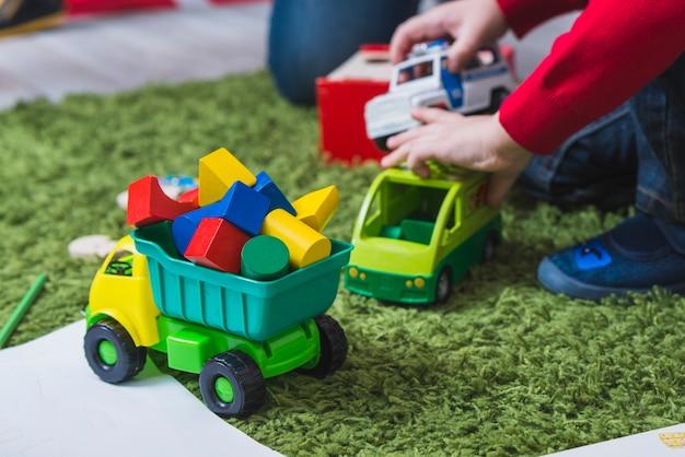 Criança, tocando, com, carros brinquedo Foto gratuita