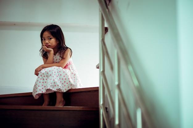Criança triste deste pai e mãe discutindo, família negativo concept.vintage cor Foto Premium