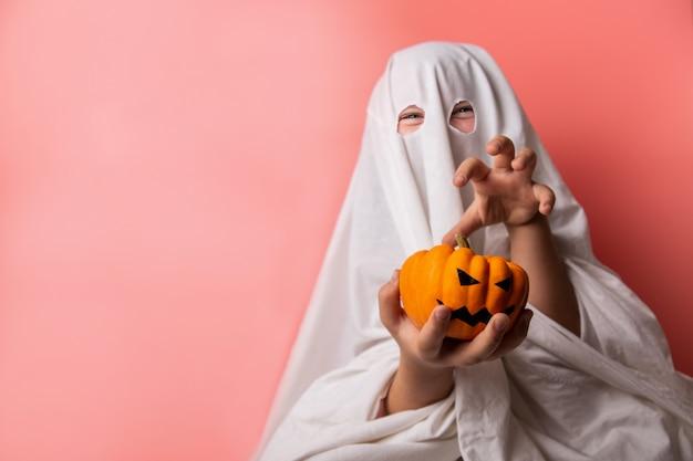 Criança vestida com uma fantasia de fantasma para o halloween Foto Premium