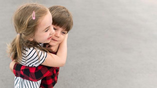 Crianças abraçando Foto Premium