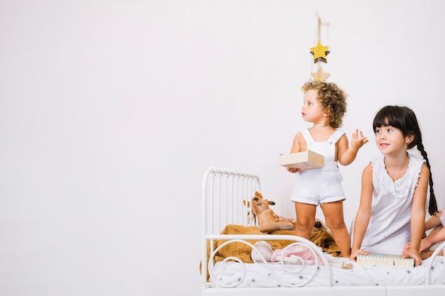 Crianças adoráveis na cama Foto gratuita