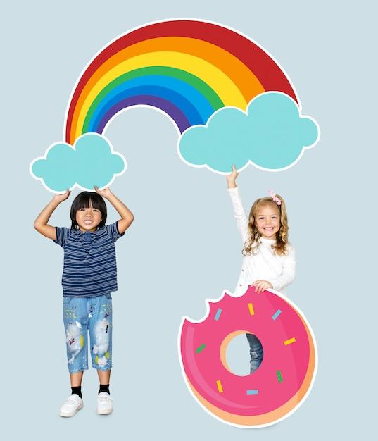 Crianças alegres com um arco-íris e um ícone de donut Foto Premium