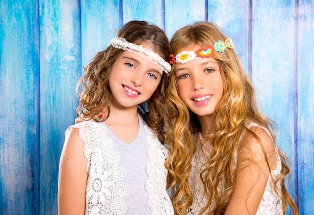 Crianças amigas meninas hippie estilo retro sorrindo juntos Foto Premium