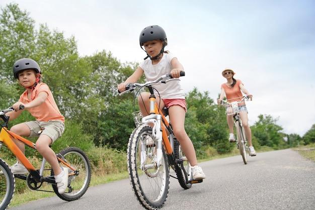 Crianças andando de bicicleta Foto Premium