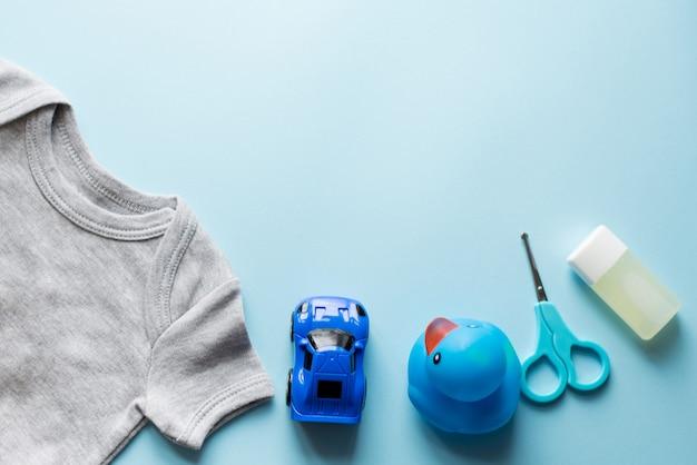 Crianças apartamento leigos com roupas azul vista superior Foto Premium