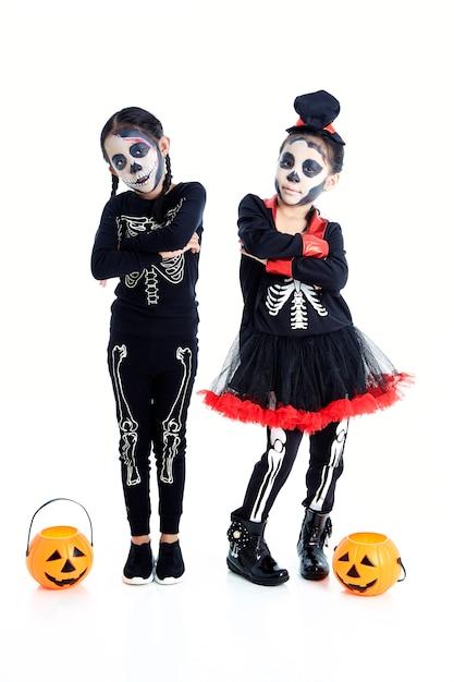 Crianças asiáticas com cara de pintura e trajes de halloween Foto Premium