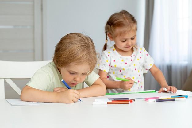 Crianças bonitos de ângulo alto desenho Foto gratuita