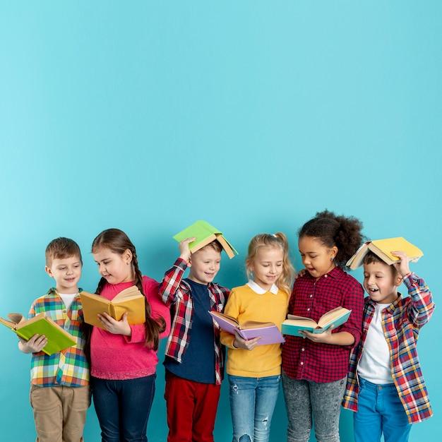 Crianças brincalhão de cópia-espaço no evento do dia do livro Foto gratuita