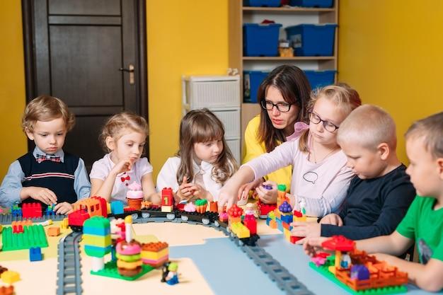 Crianças brincando com blocos de construtor na classe Foto Premium