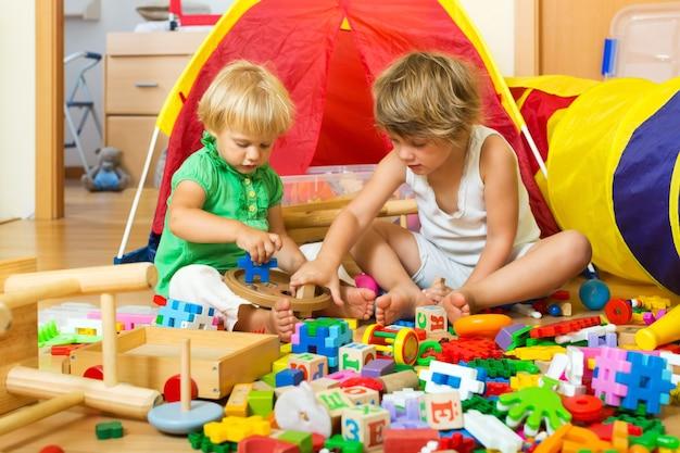 Crianças brincando com brinquedos Foto gratuita