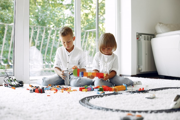 Crianças brincando com lego em uma sala de jogos Foto gratuita