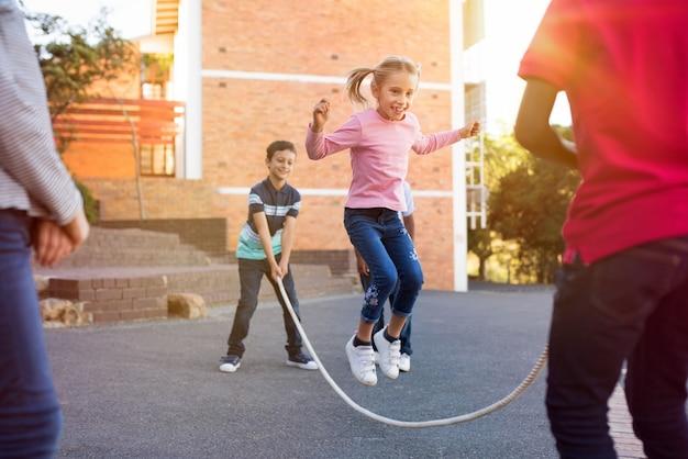 Crianças brincando com pular corda Foto Premium