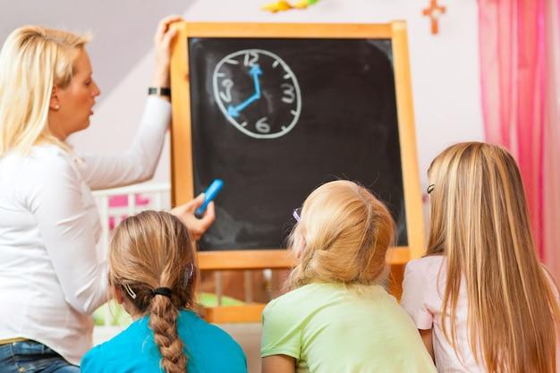 Crianças brincando na escola em casa Foto Premium