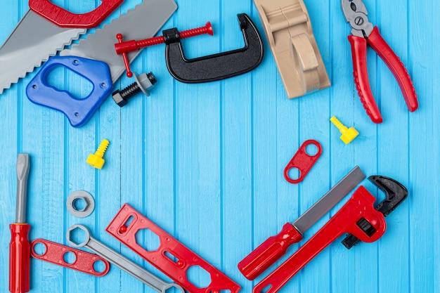 Crianças, brinquedos coloridos para crianças, ferramentas, chaves, fundo de instrumento com espaço de cópia Foto Premium