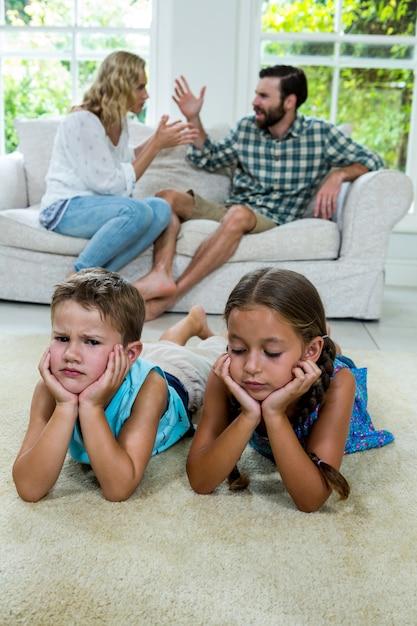 Crianças chateadas mentindo contra pais brigando em casa Foto Premium