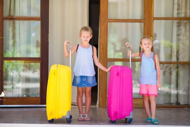 Crianças com 2 malas prontas para viajar Foto Premium