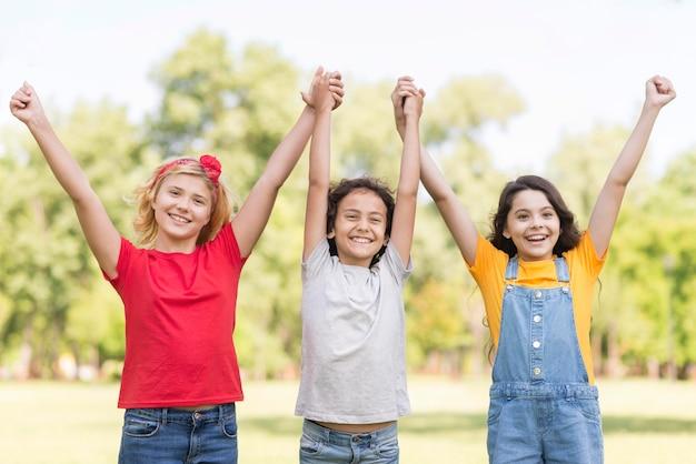 Crianças com as mãos levantadas Foto Premium