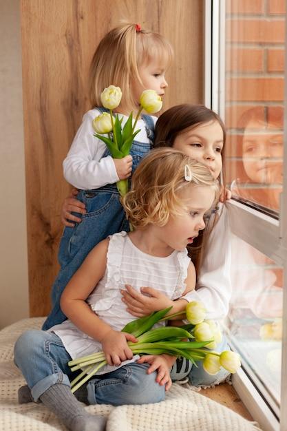 Crianças com flores Foto gratuita