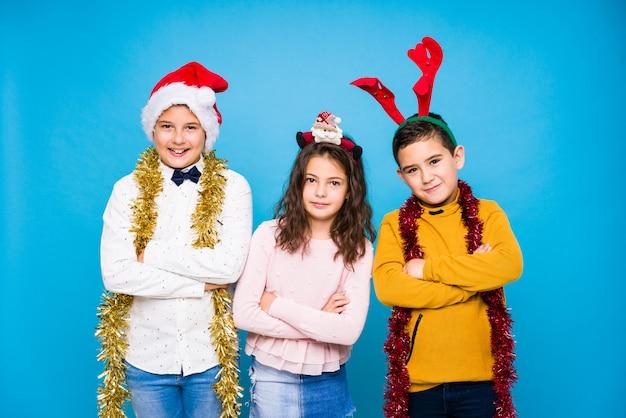 Crianças comemorando o dia de crhistmas fazendo expressões Foto Premium