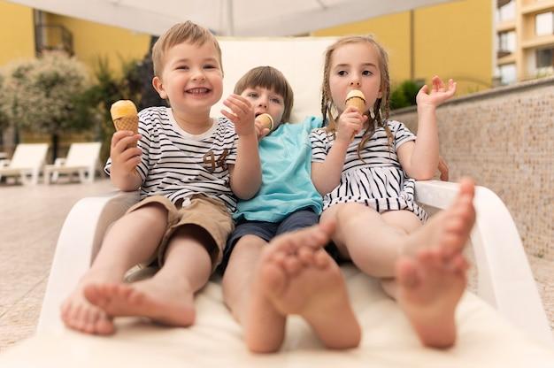 Crianças comendo sorvete Foto gratuita