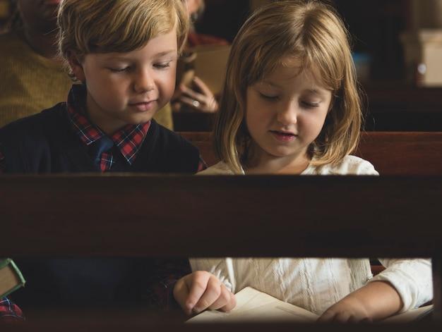 Crianças da igreja acreditam fé família religiosa Foto Premium