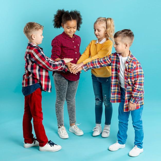 Crianças de alto ângulo fazendo aperto de mão Foto gratuita