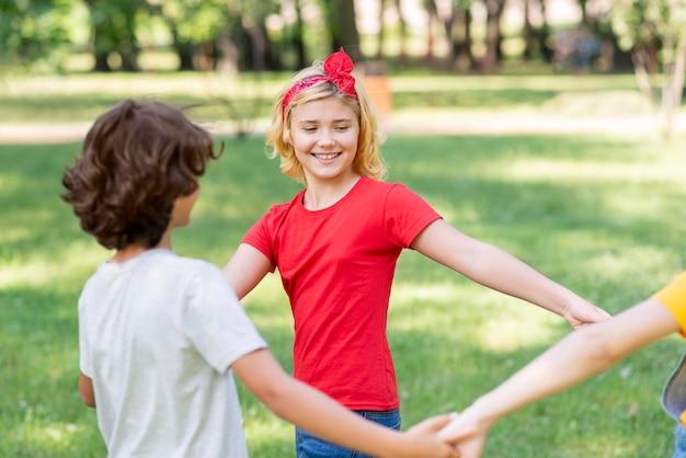 Crianças de mãos dadas enquanto estiver jogando Foto gratuita