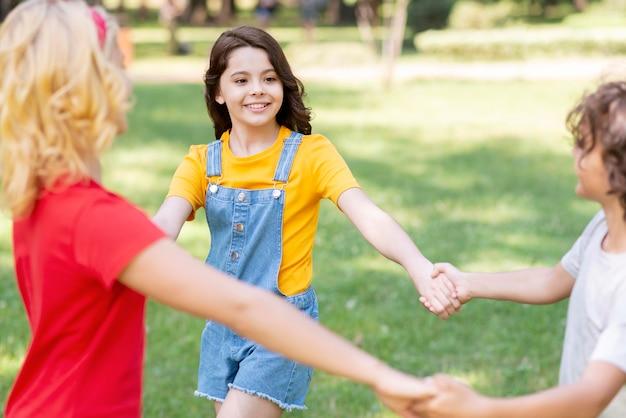 Crianças de mãos dadas Foto gratuita