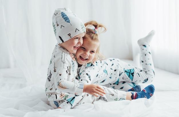Crianças de pijama Foto gratuita