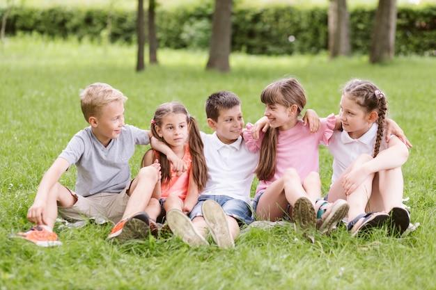 Crianças divertindo-se fora Foto gratuita