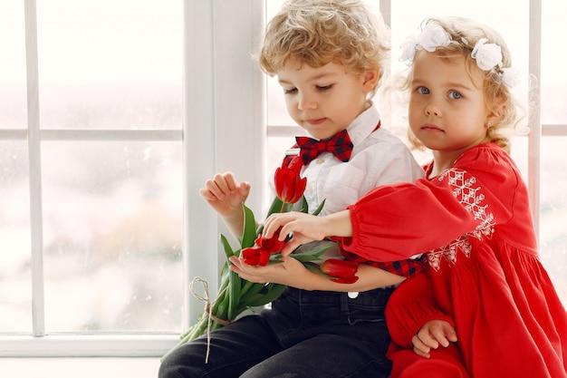 Crianças elegantes com buquê de tulipa Foto gratuita