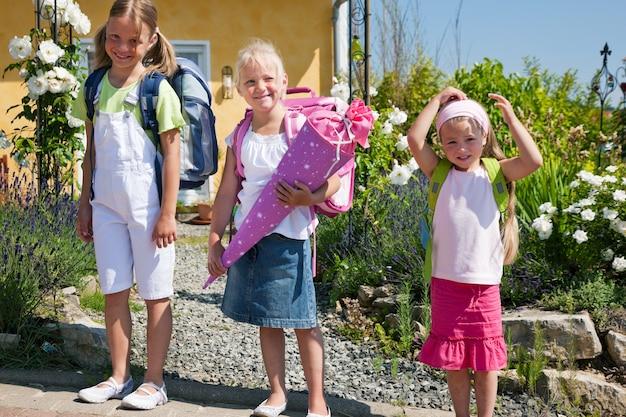 Crianças em idade escolar a caminho da escola Foto Premium