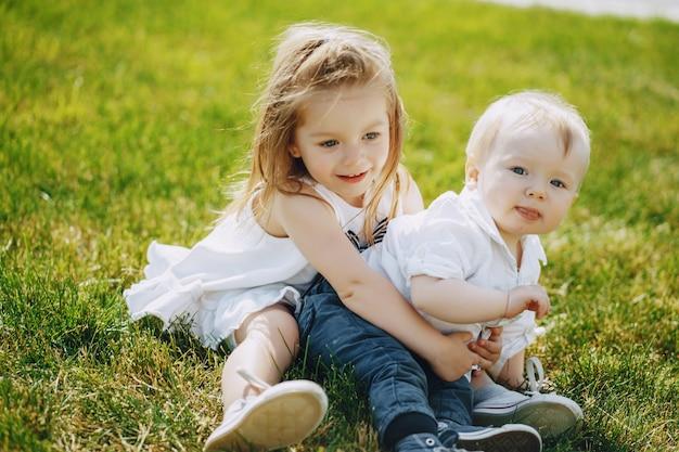 Crianças em uma grama Foto gratuita