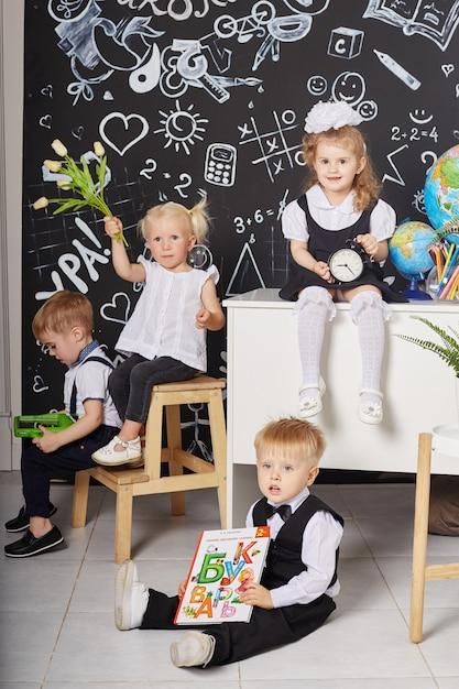 Crianças estudantes estudam na escola primeiro de setembro Foto Premium